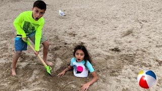 Heidi اللعب على الشاطئ وقصص الرمل