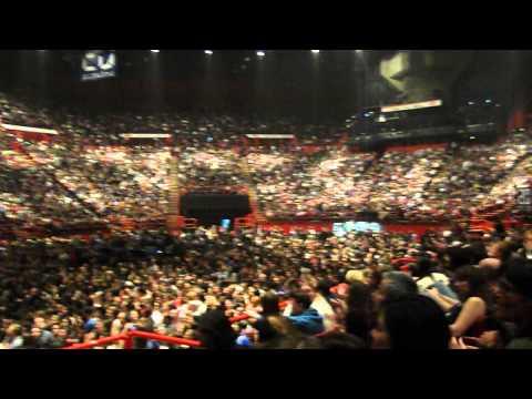 Locked Out Of Heaven-Bruno Mars chanté par le public de Paris au concert des Maroon 5 (Paris-Bercy)