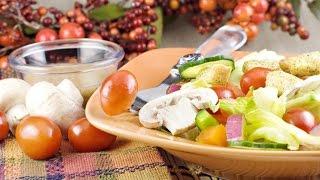Салат из овощей с шампиньонами и гренками