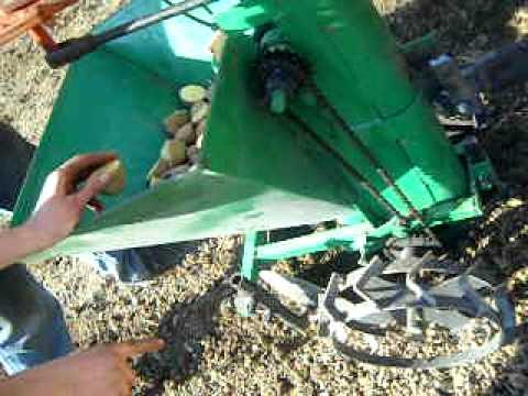 Motozappa con attrezzo per interrare le patate motoblok for Attrezzo per pulire le persiane