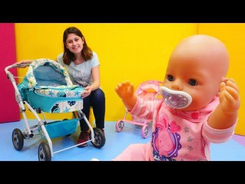 Oyuncak bebeğe bebek arabası alıyoruz. Kız oyuncakları