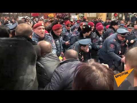 Потасовка между сотрудниками демонтируемых кафе и полицейскими в Ереване