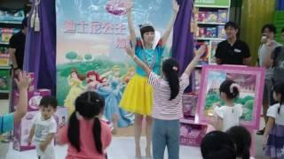 可愛的白雪公主帶領小朋友唱歌跳舞