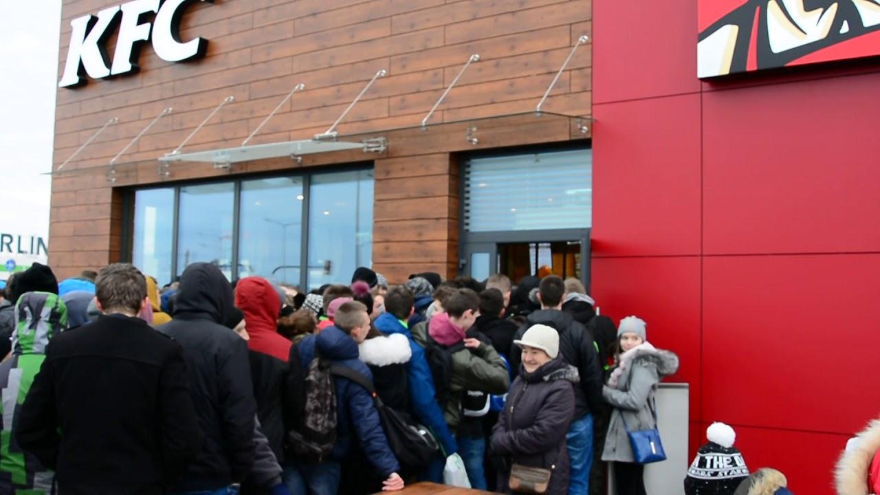 Napierający tłum podczas otwarcia KFC w Krośnie! Szaleństwo na punkcie kurczaka