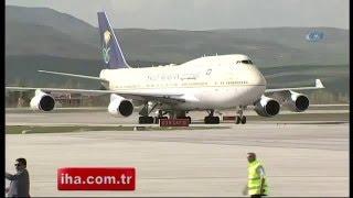 بالفيديو الملك (سلمان بن عبد العزيز) يتجنب استخدام (المنديل) في مطار أنقرة