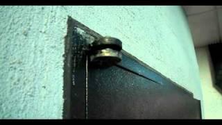구멍 뚫린 현관문
