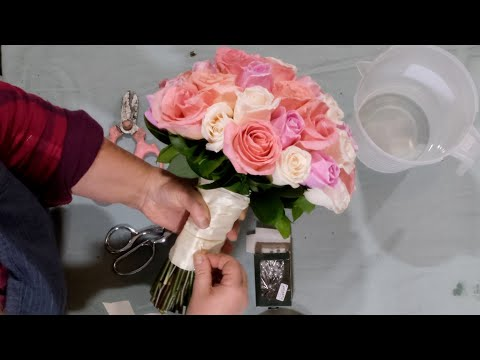 florist's-secret:-how-to-make-a-perfect-36-roses-hand-tied-bridal-bouquet.