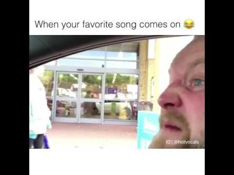 Un pazzo che canta tante canzoni😂😂.Guardateli la faccia😂😂😂😂😂😂