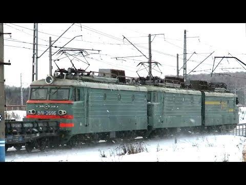 Электровоз тройник ВЛ11 отправляется со станции с грузовым составом