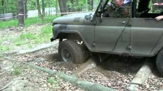 UAZ 469 hat sich festgefahren - УАЗ 469 получил поймали