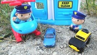 Полицейские, внедорожник и кран спасают маленькую машинку БМВ