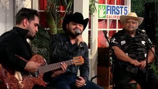 Gerardo Ortiz canta a los niños de la comunidad