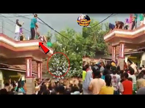Terlanjur Kaya?? Sebar Uang Dari Atap Rumah 'Sultan' Kampung ini Diserbu Warga!!