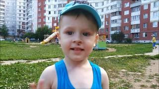 Детская площадка во дворе - Макс катается с горок - видео для детей
