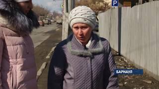 Неблагоустроенный тротуар стал причиной перелома руки барнаульской пенсионерки