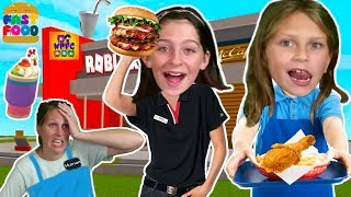 WORKING IN A FAST FOOD RESTAURANT IN ROBLOX! FUNNY CASHIER AND COOK ROLEPLAY | WPFG FAMILY GAME TEAM