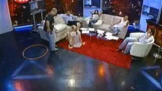 Javiera Acevedo pelando platanos con los pies (Asi Somos)