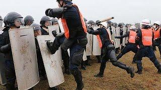 三重県警、サミット控え警備訓練=暴徒化した集団制圧 thumbnail