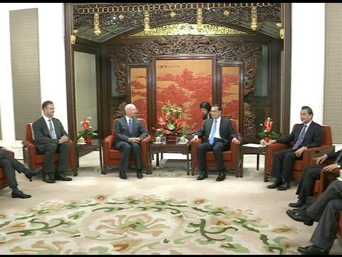Chinese Premier Li Keqiang Meets World Economic Forum Chairman in Beijing