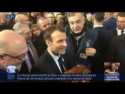 Macron adopte une poule au salon de l agriculture youtube for Macron salon agriculture oeuf