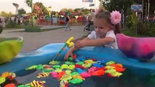 Кира и рыбалка. Мультики для детей. В парке развлечений ловим рыбу!
