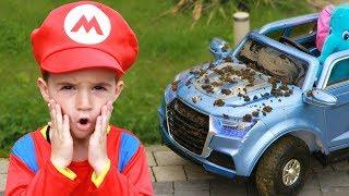 Максим играет в автомойку с игрушками для чистки