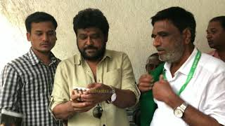 Jaggesh Takes Selfie With Farmers