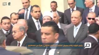 مصر العربية   رئيس الوزراء يغادر معرض  الكتاب من الباب الخلفي.. هربًا من الصحفيين