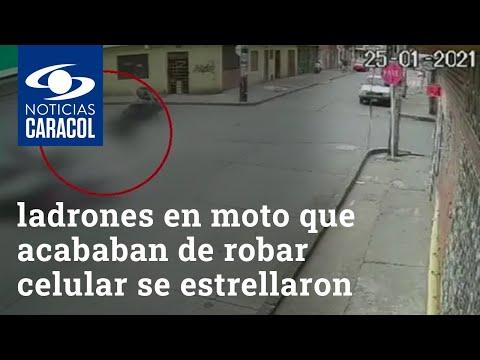 Ladrones en moto que acababan de robar celular se estrellaron violentamente