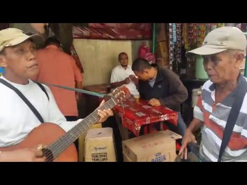 Bapak Pengamen Hebat Bermain Gendang dan Gitar