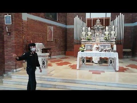 Coronavirus, il prete non interrompe la messa all'arrivo dei carabinieri: 'È abuso di potere'