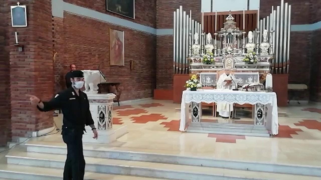Coronavirus, il prete non interrompe la messa all'arrivo dei carabinieri: