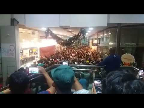181360c40e Porta de loja cai sobre clientes durante Black Friday