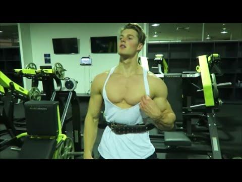 Bodybuilder video pump clit