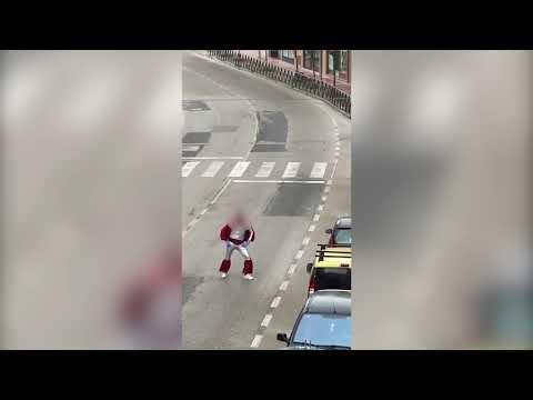 Denuncian a dos hermanos que se grabaron disfrazados y bailando en la calle