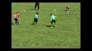 6 летний мальчик играет в футбол!