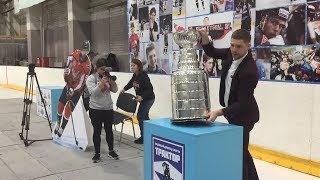 Кубок Стэнли в Челябинске – хоккеист Евгений Кузнецов представил трофей