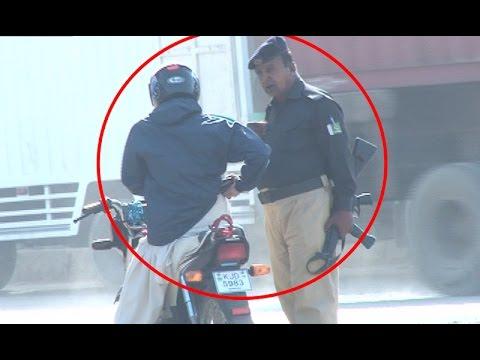 How Policeman Taking Money in Karachi Streets ? Watch video