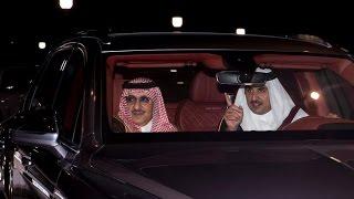 شاهد.. أمير قطر يقود السيارة وبجواره #ولي_العهد بالدوحة