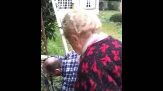 Mamie insupportable qui engueule des ouvriers