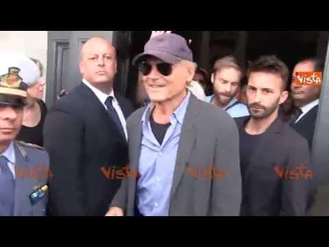 """Terence Hill al funerale di Bud Spencer, la folla grida """"Trinità Trinità"""""""