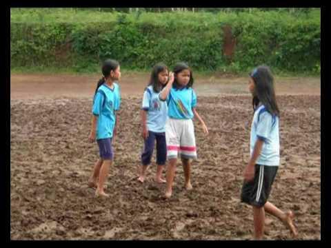 Sekolah di Pedesaan Wonosobo : Anak kelas 6 SD Candirejo bermain lumpur kering.