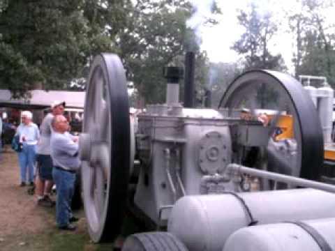 Humungus Oil Engine - Puffing Smoke!