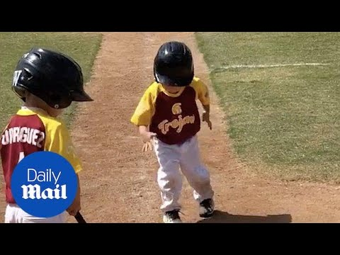 Little kid runs in slow motion during baseball game - Daily Mail