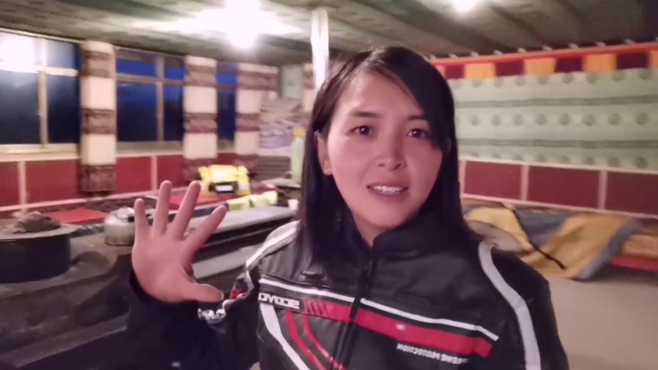 (145)女孩一个人骑摩托车前往孜珠寺,海拔4800米,全是S形的山路烂路