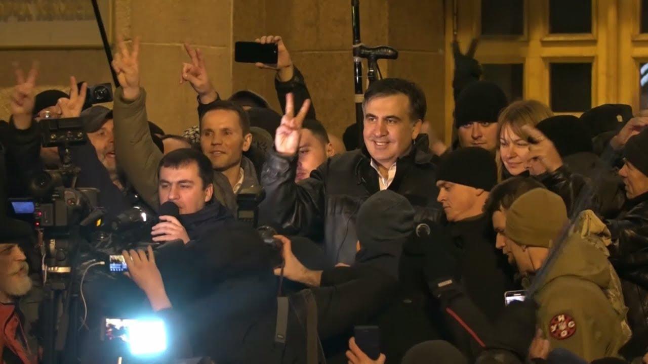 С гимном и флагами: как украинцы встретили Саакашвили у здания суда