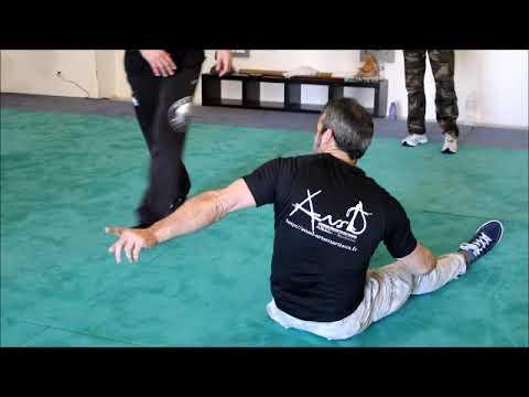 Defense contre coups de pieds a partir de la position assise