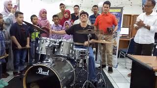Aksi Gilang Ramadhan dalam menabuh Drum
