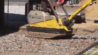 Как немцы подготавливают площадку для укладки тротуарной плитки, брусчатки(В Германии при укладке тротуарной плитки, брусчатки не используют бетон и цемент, немцы привыкли жить эколо..., 2014-11-07T03:37:20.000Z)