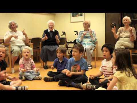 Kinder und Senioren machen gemeinsam Musik